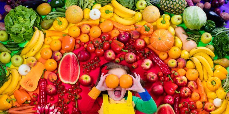 Cum îl convingi pe cel mic să mănânce mai multe fructe și legume - revistamargot.ro