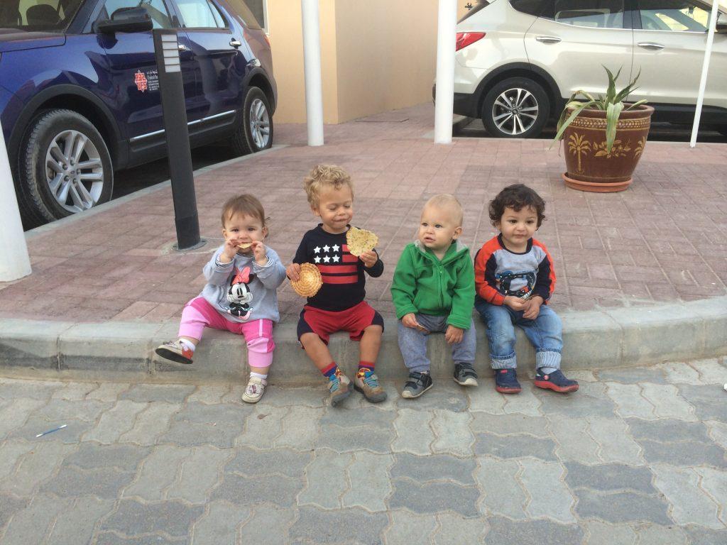 Familii de români, în străinătate: Viața cu copii, în Oman