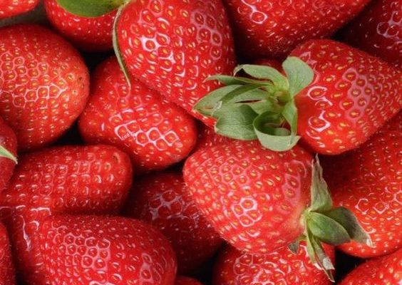 Desert sănătos: Căpșuni cu frișcă din caju - RevistaMarot.ro