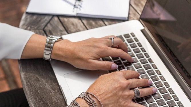 Cum afectează decizia de a face un copil cariera unei femei - RevistaMargot.ro