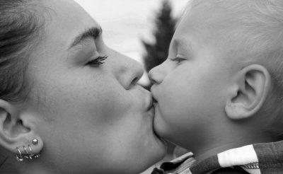 Părinți, nu vă mai pupați copiii pe gură! - RevistaMargot.ro