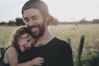 Cum îl ajută fiica noastră pe tatăl ei să fie - RevistaMargot.ro un om mai bun