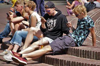 Franța interzice telefoanele mobile în școli - RevistaMargot.ro