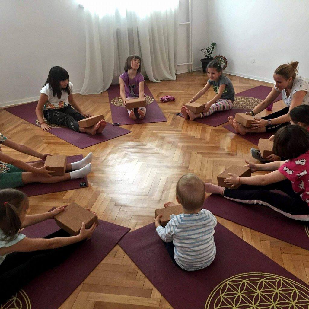 Happy Little Yogi - Beneficiile practicii yoga, pentru copii - RevistaMargot.r0