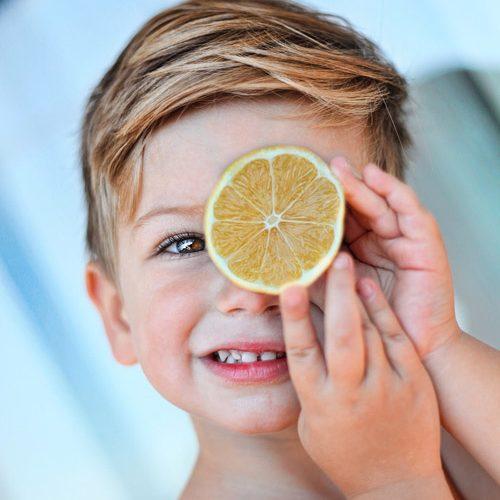 Trucul care stimulează copiii să mănânce mai multe fructe şi legume - RevistaMargot.ro