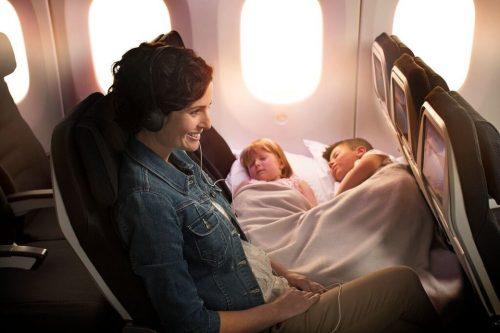 Copii care stau pe canapea în timpul zborului cu avionul? - RevistaMargot.ro