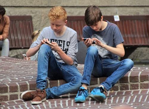 Gadgeturile cauzează copiilor tulburări de atenţie şi probleme comportamentale - RevistaMargot.ro