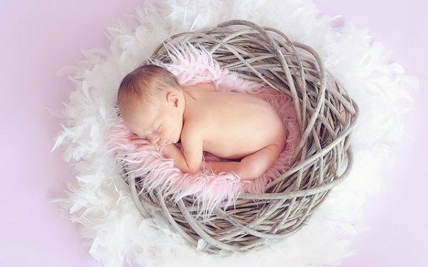 Un bebe trebuie să petreacă aproximativ 20 de minute pe zi si pe burtă